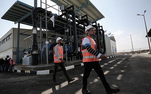Des employés palestiniens dans une usine de désalinisation au cours de la première phase du projet à Deir el-Balah dans le centre de Gaza, le 19 janvier 2017 (Crédit : AFP/SAID KHATIB)