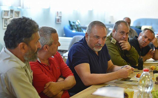Le ministre de la Défense Avigdor Liberman durant une visite dans une communauté israélienne dans la périphérie de Gaza, le 24 août 2018 (Crédit : Ariel Hermony/ministère de la Défense)