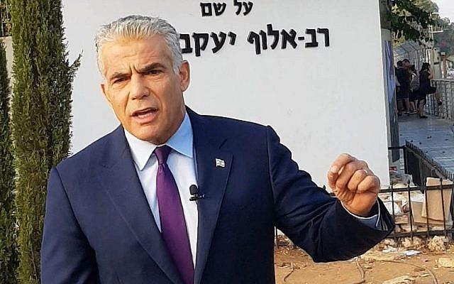 Le chef du parti Yesh Atid Yair Lapid devant un centre de recrutement de l'armée, le Bakum,à Tel Hashomer, le 13 août 2018. (Autorisation)