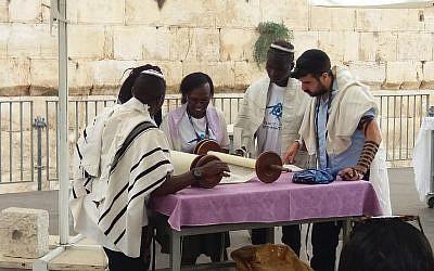 Les membres de la communauté Abuyudaya juive ougandaise en Israël lors d'un voyage Birthright organisé par MAROM participent à une cérémonie célébrant la consécration d'un nouveau rouleau de Torah au pavillon de prière égalitaire Ezrat Israel, au mur Occidental, le 27 août 2018 (Autorisation : MAROM)
