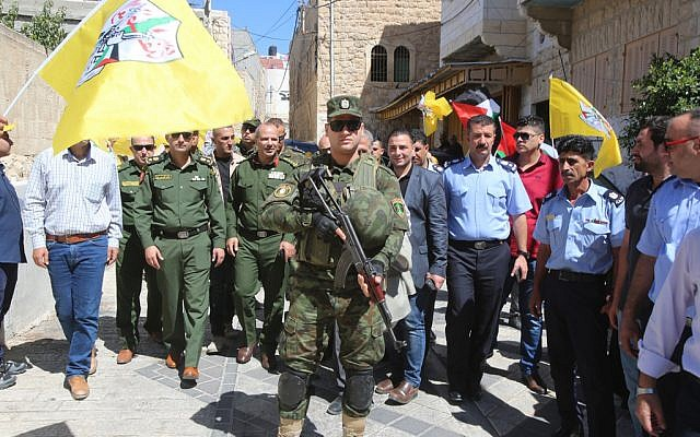 Les forces de sécurité en uniforme de l'Autorité palestinienne à Hébron, dans le secteur contrôlé par Israël, le 31 juillet 2018 (Crédit: Wafa)