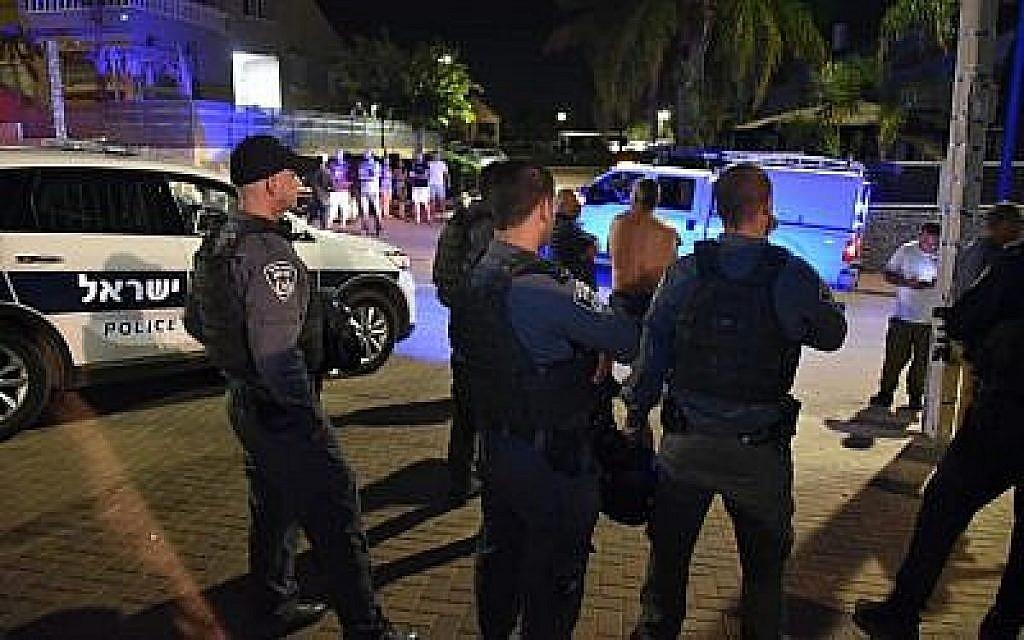 Des policiers israéliens recherchent des roquettes tirées de la bande de Gaza qui ont frappé la ville de Sderot, dans le sud d'Israël, le 8 août 2018. (Police israélienne)
