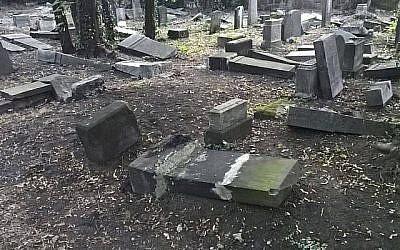 Des pierres tombales renversées et brisées au cimetière juif de Mysłowice, en Pologne, en août 2018. (Capture d'écran Jewish.pl/Facebook)