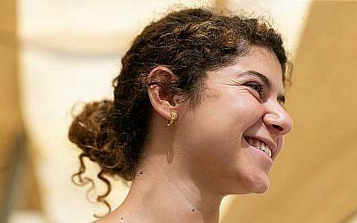 La boucle d'oreille en or de l'époque hellénistique découverte dans les fouilles du parking Givati de la ville de David appartenait à un homme ou à une femme de la classe supérieure de Jérusalem. (Clara Amit, autorité des antiquités d'Israël)