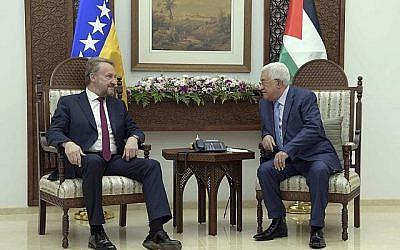 Le président de l'Autorité palestinienne, Mahmoud Abbas, à droite, et le dirigeant bosniaque Bakir Izetbegovic à Ramallah, le 29 août 2018, au siège présidentiel de l'AP. (Wafa)