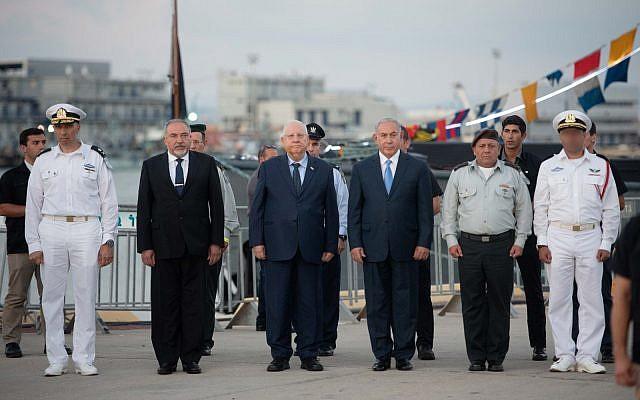 De gauche à droite : Le commandant de la marine israélienne  Eli Sharvit, le ministre de la Défense Avigdor Liberman, le président  Reuven Rivlin, le Premier ministre Benjamin Netanyahu et le chef d'Etat-major de l'armée israélienne Gadi Eizenkot lors d'une cérémonie consacrée à la graduation des nouveaux commandants de la marine, le 1er août 2018 (Crédit : porte-parole de l'armée israélienne)