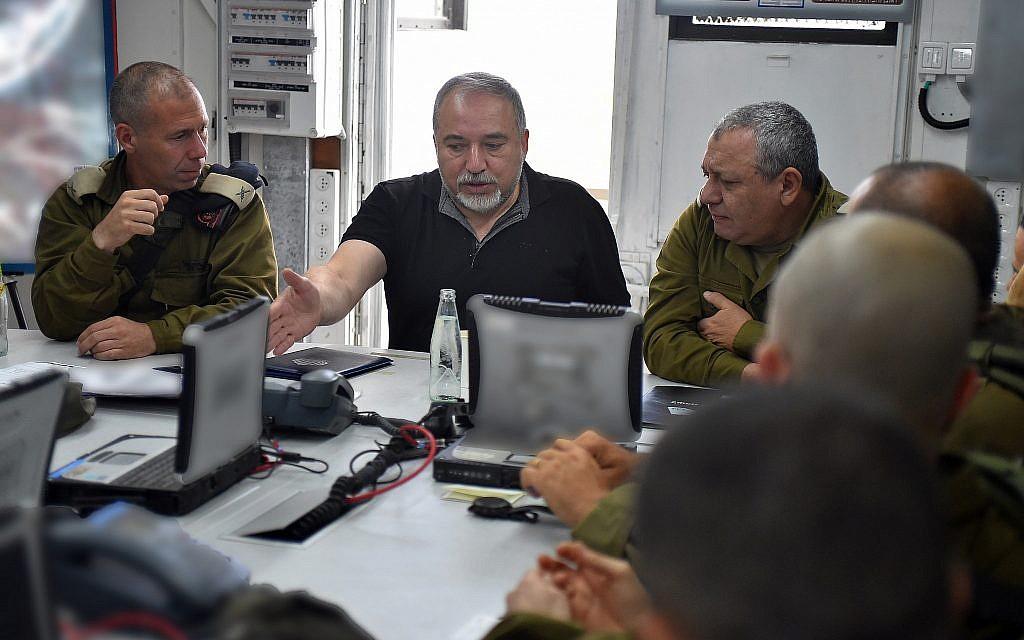 Le 7 août 2018, le ministre de la Défense Avigdor Liberman (c) prend la parole lors d'une réunion avec le chef d'état-major de l'armée israélienne, Gadi Eizenkot (d) et le chef du commandement nord, Yoel Strick (Crédit : Ariel Hermoni / ministère de la Défense)