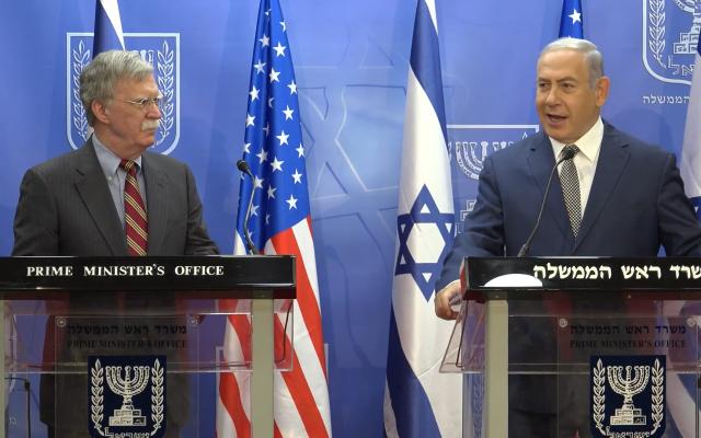 Le Premier ministre Benjamin Netanyahu, à droite, et le conseiller américain à la sécurité nationale John Bolton (Capture d'écran)
