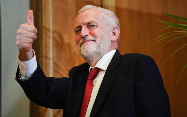Le chef du Parti travailliste Jeremy Corbyn quitte la tribune après un discours à la Queens University de Belfast, en Irlande du nord, le 24 mai 2018 (Crédit : Jeff J.Mitchell/Getty Images via JTA)