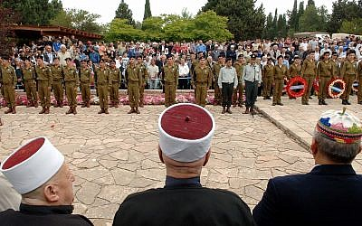 Photo d'illustration: Un service à la mémoire des soldats israéliens dans le cimetière militaire du village druze d'Isfiya dans le nord d'Israël (Crédit : Service de presse du gouvernement)