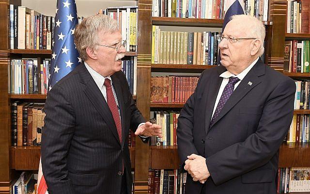 Le conseiller à la sécurité nationale américain  John Bolton , à gauche, rencontre le président Reuven Rivlin à sa résidence officielle de Jérusalem le 21 août 2018 (Crédit :Matty Stern/Ambassade américaine à Jérusalem)