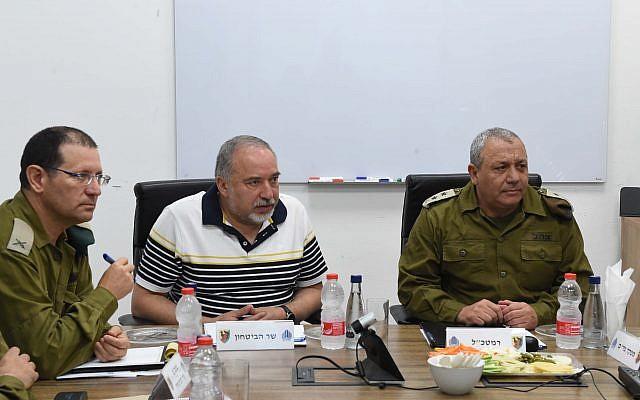 Le ministre de la Défense Avigdor Liberman, au centre, s'entretient avec le chef de l'armée israélienne, Gadi Eisenkot, à droite, et d'autres officiers supérieurs lors d'une visite à la division de Gaza le 13 août 2018 (Shahar Levi / ministère de la Défense)