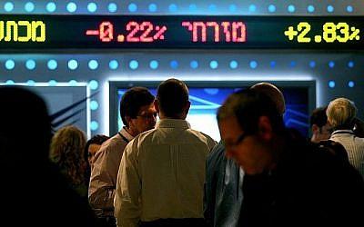 Illustration: Un tableau montrant les fluctuations des stocks à la bourse de Tel Aviv (Moshe Shai / FLASH90)