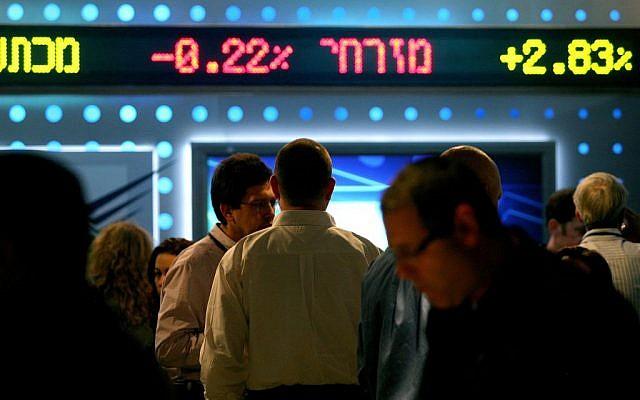 A titre d'illustration : Un tableau affichant les fluctuations boursières à la Bourse de Tel Aviv. (Moshe Shai/FLASH90)