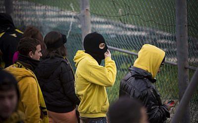 Des fans du Beitar Jerusalem protestent contre la décision d'intégrer deux musulmans tchétchènes à l'équipe, le 1er février 2013. (Crédit : Yonatan Sindel/Flash90)