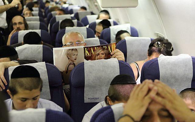 Illustration de passagers ultra-orthodoxes à bord d'un vol reliant Tel Aviv à Ouman à l'occasion de Rosh Hashanah. (Crédit : Yaakov Naumi/Flash90)