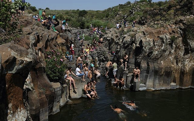 Des promeneurs se baignent dans la rivière Zavitan, dans le plateau du Golan, au nord d'Israël, le 18 avril 2014. (Crédit  Yaakov Naumi/Flash90)