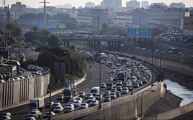 Vue de l'autoroute Ayalon à Tel Aviv en 2015. (Nati Shohat/Flash90)