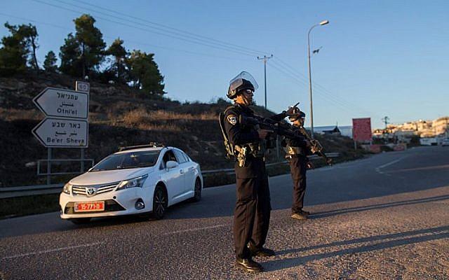 Les forces de sécurité israéliennes montent la garde au carrefour d'Otniel dans le sud de la Cisjordanie, le 13 novembre 2015  (Crédit photo: Yonatan Sindel / Flash90)
