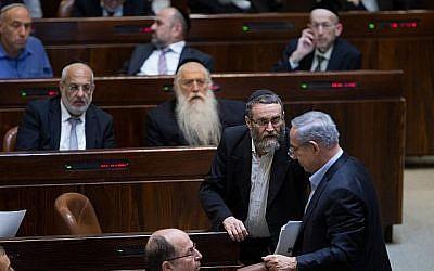 Le député Moshe Gafni du parti Yahadut HaTorah tente de s'entretenir avec le Premier ministre Benjamin Netanyahu à la Knesset le 24 novembre 2015. (Yonatan Sindel/Flash90)