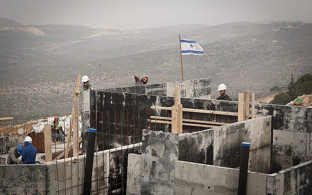 Des travailleurs arabes sur un chantier dans les implantations, à Ariel le 25 janvier 2017. (Crédit ; Sebi Berens/Flash90)