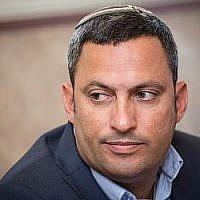 Alon Davidi, maire de la ville de Sderot, dans le sud d'Israël, assiste à une conférence de presse à Jérusalem, le 27 mars 2017. (Hadas Parush/Flash90)