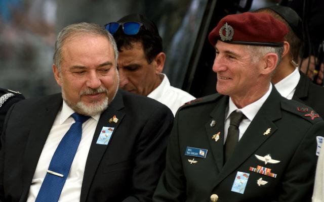 Le ministre de la Défense Avigdor Liberman (I) et le chef d'état-major adjoint de Tsahal, le général Yair Golan, lors d'une cérémonie marquant le Jour commémoratif d'Israël à Tel-Aviv le 1er mai 2017 (Gili Yaari / Flash90)