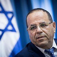 Le ministre des Communications, Ayoub Kara, lors d'une conférence de presse à Jérusalem, le 6 août 2017 (Crédit : Yonatan Sindel/Flash90)