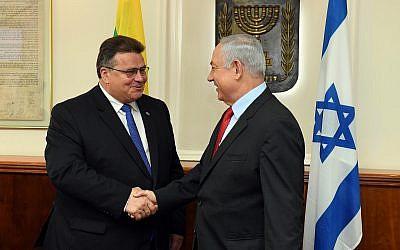 Le Premier ministre Benjamin Netanyahu (à droite) serre la main du ministre lituanien des Affaires étrangères Linas Linkevicius au bureau du Premier ministre à Jérusalem le 4 septembre 2017. (Haim Zach / GPO / Flash90)