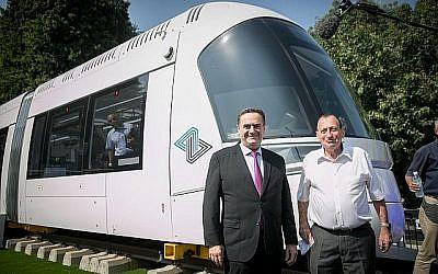 Le ministre des Transports, Israël Katz, (à gauche), et le maire de Tel Aviv, Ron Huldai, inaugurent le nouveau tramway à Tel Aviv le 13 septembre 2017. (Miriam Alster/Flash90)