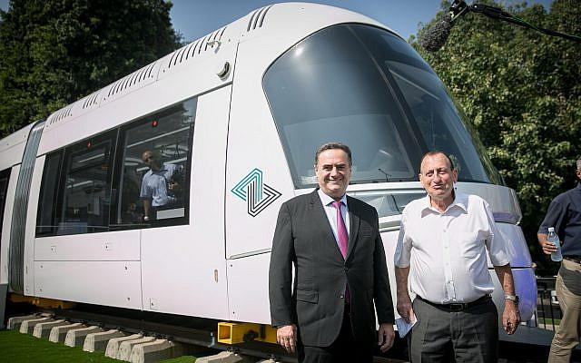 Le ministre des Transports, Israël Katz, (à gauche), et le maire de Tel Aviv, Ron Huldai, inaugurent le nouveau tramway à Tel Aviv le 13 septembre 2017. (Crédit : Miriam Alster/Flash90)