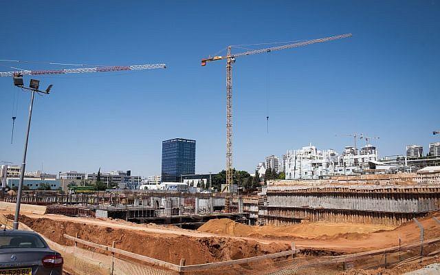 Un chantier de construction à Petah Tikva où trois travailleurs ont été grièvement blessés lors d'une chute, le 14 juin 2018 (Roy Alima / Flash90)