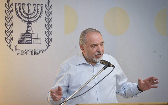 Le ministre de la Défense Avigdor Liberman prend la parole lors d'une conférence de presse le 19 juillet 2018. (Flash90)
