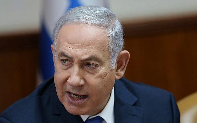 Le Premier ministre Benjamin Netanyahu dirige la réunion hebdomadaire au bureau du Premier ministre à Jérusalem le 29 juillet 2018. (Crédit : Alex Kolomoisky / Pool Yedioth Ahronoth / Flash90)