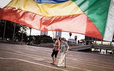 Des militants et des soutiens de la communauté druze israélienne sous un chapiteau de protestation contre la loi sur l'Etat juif adoptée à la Knesset au mois de juillet 2018 à Tel Aviv, le 1er août 2018 (Crédit : Tomer Neuberg/Flash90)