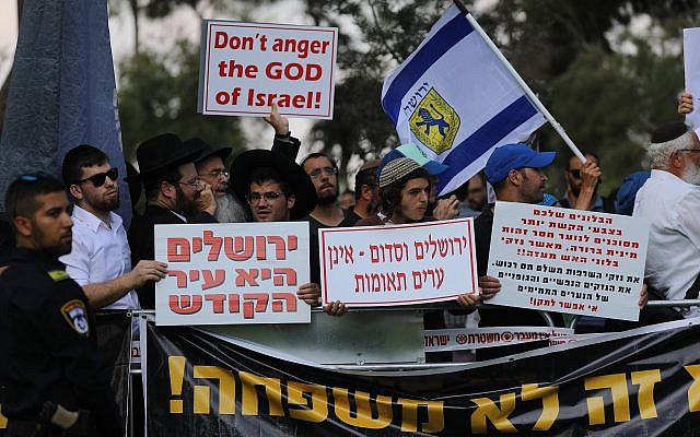 Des manifestants contre la parade de la Gay pride annuelle au centre de Jérusalem, le 2 août (Crédit : Yonatan Sindel/Flash90)