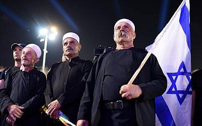 """Des anciens de la communauté druze israélienne lors d'un rassemblement dirigé par leur communauté sur la place Rabin de Tel Aviv pour dénoncer la """"loi sur l'Etat-nation"""", le 4 août 2018 (Crédit : Gili Yaari /FLASH90)"""