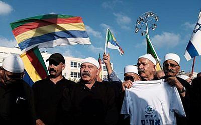 Des militants et des partisans de la communauté druze en Israël protestent contre la loi nationale récemment adoptée par la Knesset pour sa discrimination apparente contre la communauté, sur la place Rabin à Tel Aviv, le 4 août 2018. (Tomer Neuberg / Flash90)