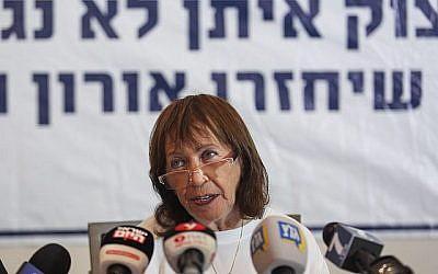 Zehava Shaul, mère du défunt soldat de l'armée israélienne, Oron Shaul, prend la parole lors d'une conférence de presse avant une réunion du cabinet le 5 août 2018. (Hadas Parush / Flash90