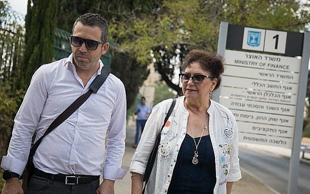 Ilana Cohen, à droite, présidente de l'Association nationale des infirmières, arrive à une réunion au ministère des Finances de Jérusalem, le 7 août 2018 (Crédit :  Hadas Parush/Flash90)