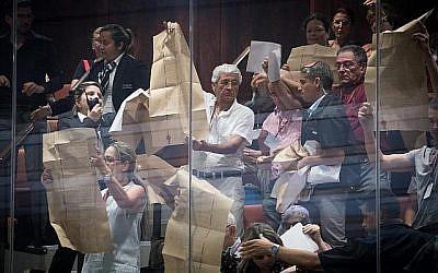 Des militants agitent des copies de la déclaration d'indépendance lors d'une session spéciale consacrée à la loi de l'Etat-nation à la Knesset le 8 août 2018. (Yonatan Sindel / Flash90)