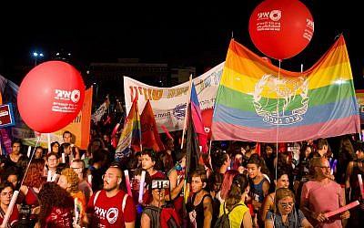 Des milliers de personnes assistent à une cérémonie marquant le neuvième anniversaire de la fusillade du centre LGBT Bar Noar, à Tel Aviv, le 11 août 2019. (Crédit Flash 90)