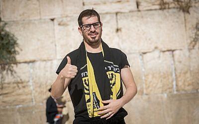 Moshe Hogeg, homme d'affaires israélien et propriétaire du club de football Beitar Jerusalem, au mur Occidental, dans la Vieille Ville de Jérusalem, le 13 août 2018. (Crédit : Yonatan Sindel/Flash90)