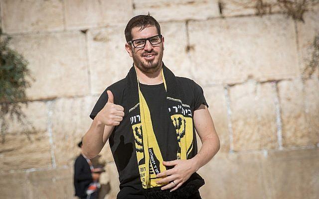 Moshe Hogeg, homme d'affaires israélien et propriétaire du club de football du Beitar Jerusalem, au mur Occidental, dans la vieille ville de Jérusalem, le 13 août 2018. (Crédit : Yonatan Sindel/Flash90)