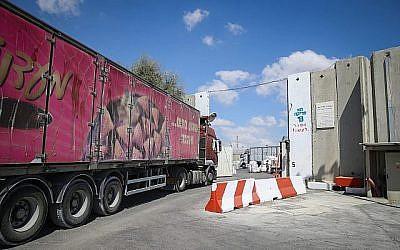 Des camions transportant des marchandises entrent dans la bande de Gaza par  Kerem Shalom après sa réouverture par Israël le 15 août 2018. (Flash90)