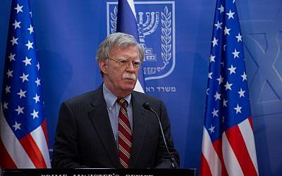 John Bolton lors d'une conférence de presse conjointe avec le Premier ministre Bnejamin Netanyahu à Jérusalem, le 20 août 2018 (Crédit :  Ohad Zweigenberg/POOL)