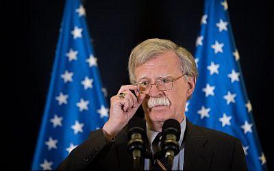 Le conseiller à la sécurité nationale américain, l'ambassadeur John Bolton, lors d'une conférence de presse à Jérusalem, le 22 août 2018 (Crédit : Yonatan Sindel/Flash90)