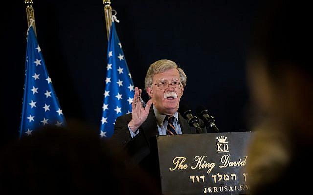 John Bolton lors d'une conférence de presse à Jérusalem, le 22 août 2018 (Crédit : Yonatan Sindel/Flash90)
