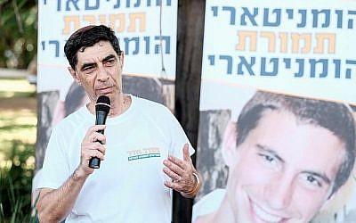 Simcha Goldin, père du soldat israélien Hadar Goldin, dont le corps est détenu par le Hamas, s'exprime lors d'une manifestation appelant le gouvernement à rendre les corps de son fils et de son compatriote israélien Oron Shaul devant le quartier général militaire de Kirya à Tel Aviv le 10 août 2018. (Crédit : Tomer Neuberg/Flash90)