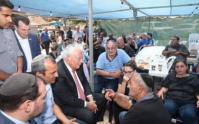 L'ambassadeur américain David Friedman lors d'une visite de condoléances dans la famille de  Yotam Ovadia, tué lors d'un attentat terroriste dans l'implantation d'Adam, en Cisjordanie, le 30 juillet 2018 (Crédit :  Miri Tzahi/Yesha Council)
